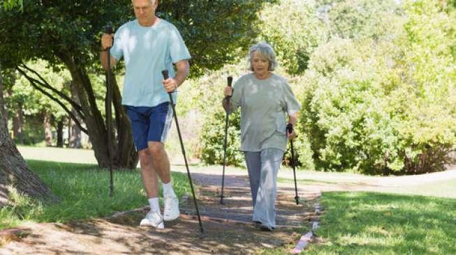 Tips Keselamatan Hiking Penting Untuk Lansia Aktif